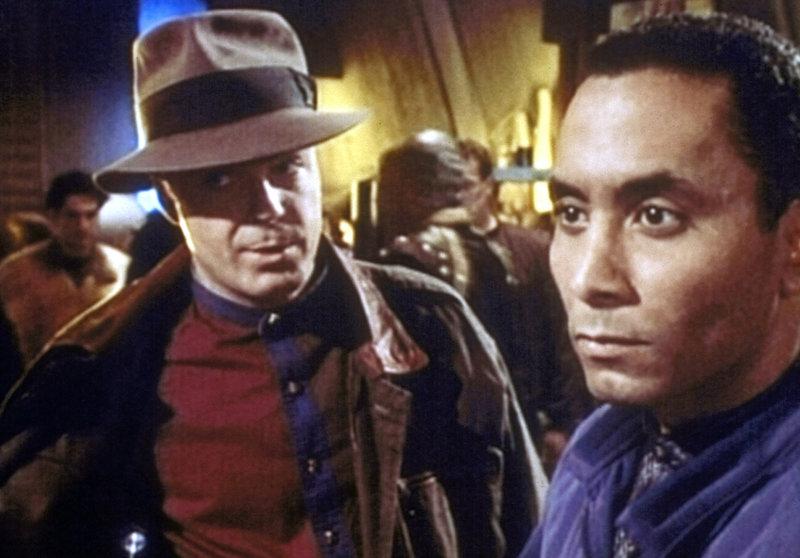 Garibaldi (Jerry Doyle, l.), als Privatmann verkleidet, und Dr. Franklin (Richard Biggs, r.) befinden sich auf einer der unteren Ebenen. Sie versuchen verzweifelt, Dr. Jacobs zu finden, bevor es dem Geheimdienst der Erde gelingt, den Mann zu stellen. – Bild: ProSieben MAXX