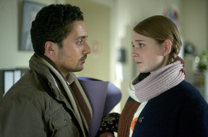 Haschim (Omar El-Saeidi) gibt Jördis (Nadja Bobyleva) seine Rohstoffkarten; die beiden kommen sich näher. – Bild: WDR/BR/NDR/Novafilm/Alva Nowak