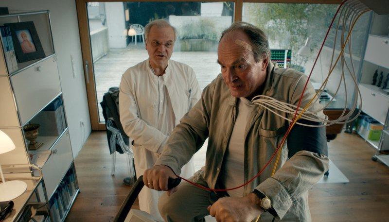 Dr. Martin Langhammer (Bernhard Schütz) macht mit Kluftinger (Herbert Knaup, re.) ein Check-Up. – Bild: NDR/ARD Degeto/BR/Stefan Ciupek