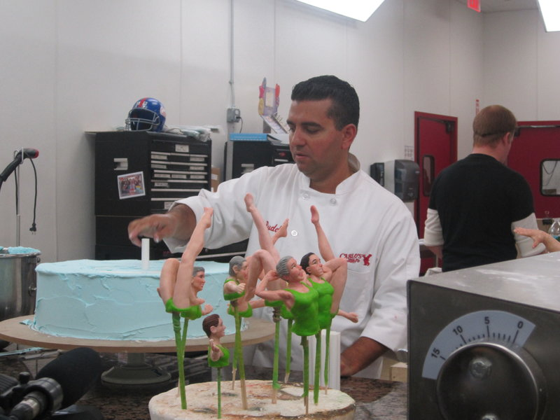 Buddy Valastro adds support to the synchronized swimming cake. – Bild: TLC