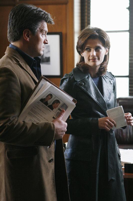 Der ermordete Staatsanwalt Jack Buckley hatte offensichtlich viele Feinde. Castle (Nathan Fillion, l.) und Beckett (Stana Katic, r.) müssen herausfinden, wer ihn getötet hat. – Bild: © ABC Studios