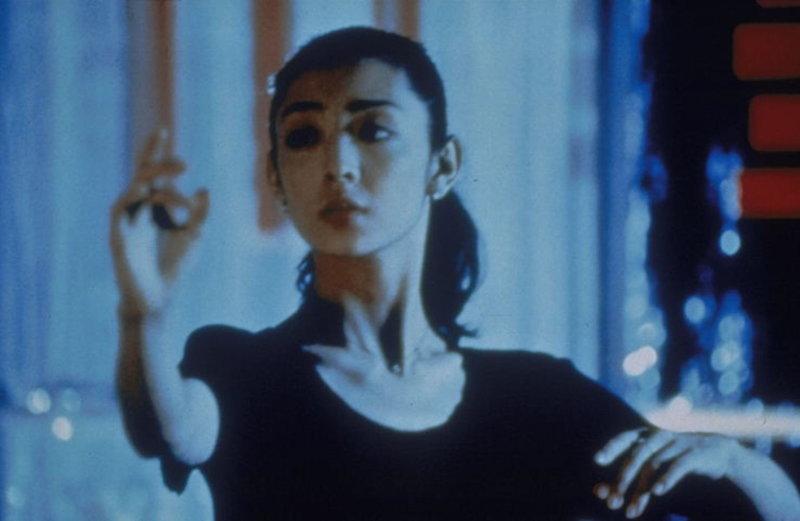 Als Lehrerin des europäischen Standardtanzes wird Mai (Tamiyo Kusakari) von der japanischen Gesellschaft verpönt, denn in Japan gilt diese Art des Tanzes als unschicklich. Was Mai nicht davon abhält, ihre Leidenschaft zum Tanz nicht nur auszuleben, sondern auch an ihre Schüler weiterzugeben - wie dem traurigen Buchhalter Shohei Sugjyama, der eines Tages bei ihrer Tanzschule auftaucht ... – Bild: Lizenzbild frei