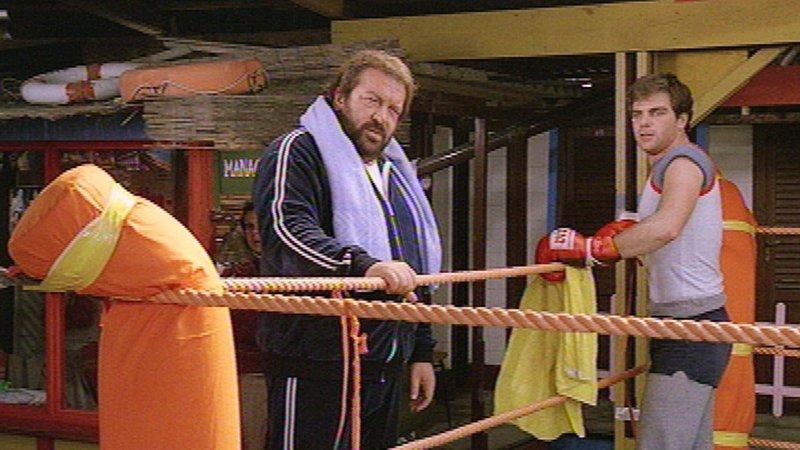 Trainer Bud (Bud Spencer, li.) setzt große Hoffnungen in den Boxer Giorgio Desideri (Mike Miller). – Bild: RTL