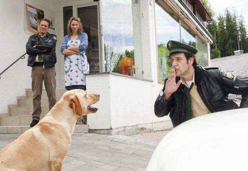 Staller (Helmfried von Lüttichau, rechts) versucht einen herrenlosen Hund zu beruhigen. Hubert (Christian Tramitz) und Sabrina Rattlinger (Carin C. Tietze) schauen amüsiert zu. – Bild: ARD/BR/TMG/Chris Hirschhäuser
