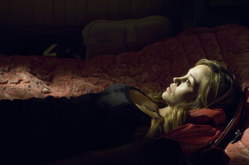Lässt sich mit einem Blutsauger ein: Nicole (Autumn Reeser) ... – Bild: Warner Brothers Lizenzbild frei