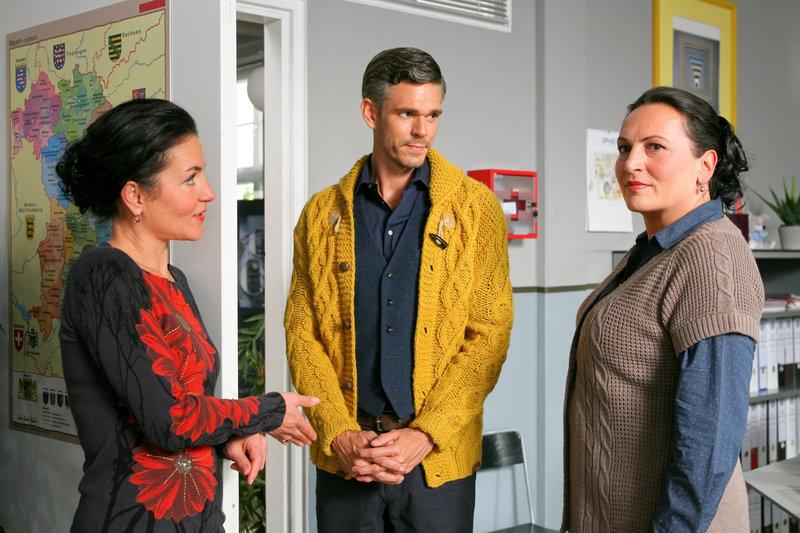 Überrascht stellen Stockl (Marisa Burger, l.) und Grasegger (Ursula Maria Burkhart, r.) fest, dass Paartherapeut Kempe (Matthias Beier, m.) in den aktuellen Fall verwickelt ist. – Bild: ORF2