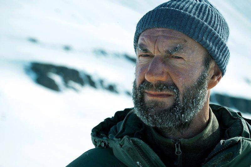Ronnie Morgan (Johnny Harris) hat es zurück nach Fortitude geschafft. Er wirkt wirr und unberechenbar. – Bild: arte