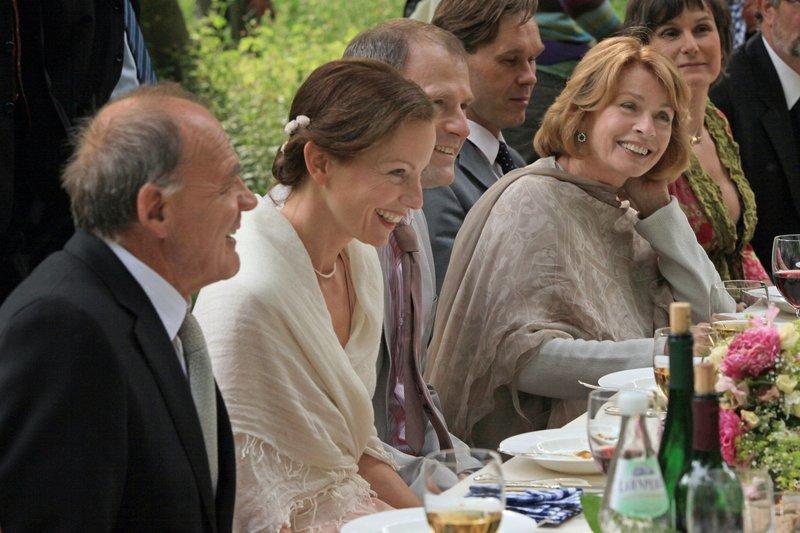 Die Eltern (Bruno Ganz und Senta Berger) umrahmen das Brautpaar (Carina Wiese und Thomas Limpinsel). – Bild: WDR/Unafilm/Christian Schulz