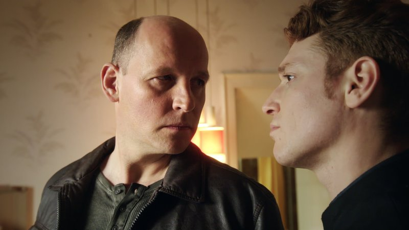 Hannos (Jochen Langner, l.) ist nicht erfreut darüber, dass Maik (Daniel Donskoy) sein Geheimnis aufgedeckt hat. – Bild: MG RTL D