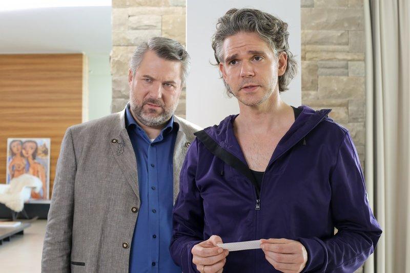 Gegenüber Kommissar Stadler (Dieter Fischer, l.) zeigt sich Sebastian Fuchs (Matthias Beier, r.), der Ehemann des Opfers, entsetzt. – Bild: ORF 2