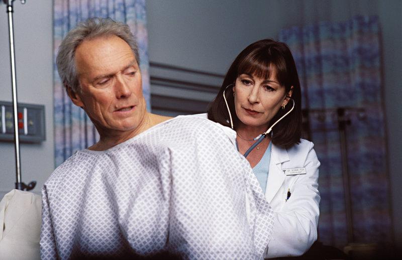 Dr. Bonnie Fox (Anjelica Huston) ist sehr unzufrieden mit ihrem Patienten: Wenige Wochen nach seiner Herztransplantation ist Terry McCaleb (Clint Eastwood) schon wieder auf Mörderjagd. – Bild: Servus TV