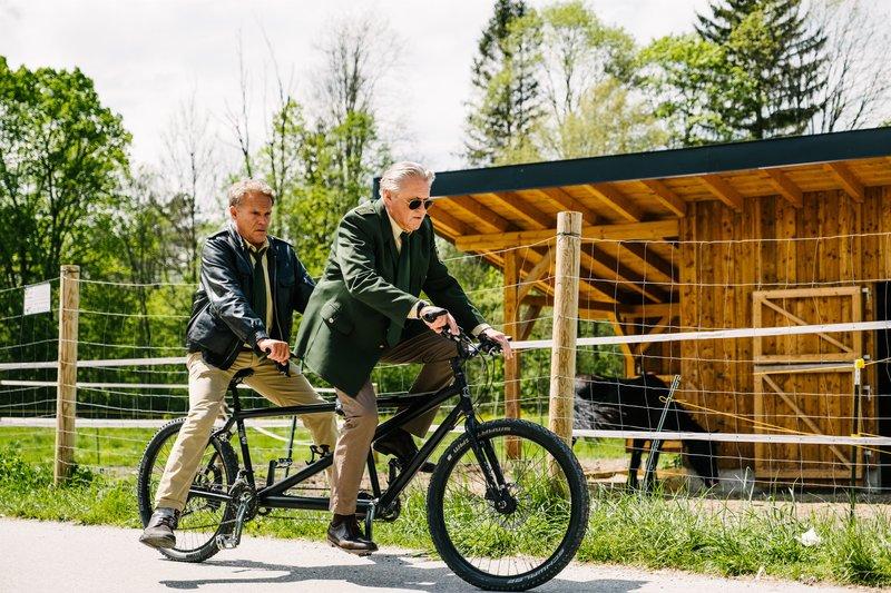 L-R: Hubert (Christian Tramitz) und Girwidz (Michael Brandner) ermitteln wieder auf Hochtouren – Bild: TMG / Emanuel Klempa