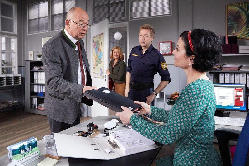 Während sich Polizeidirektor Achtziger (Alexander Duda, l.) bei Frau Stockl (Marisa Burger, r.) und Polizeihauptmeister Mohr (Max Müller, 2.v.r.) über die Ermittlungen informiert, kommt überraschend Frau Hofer (Karin Thaler, 2.v.l.) zu Besuch. – Bild: ZDF und Bojan Ritan.