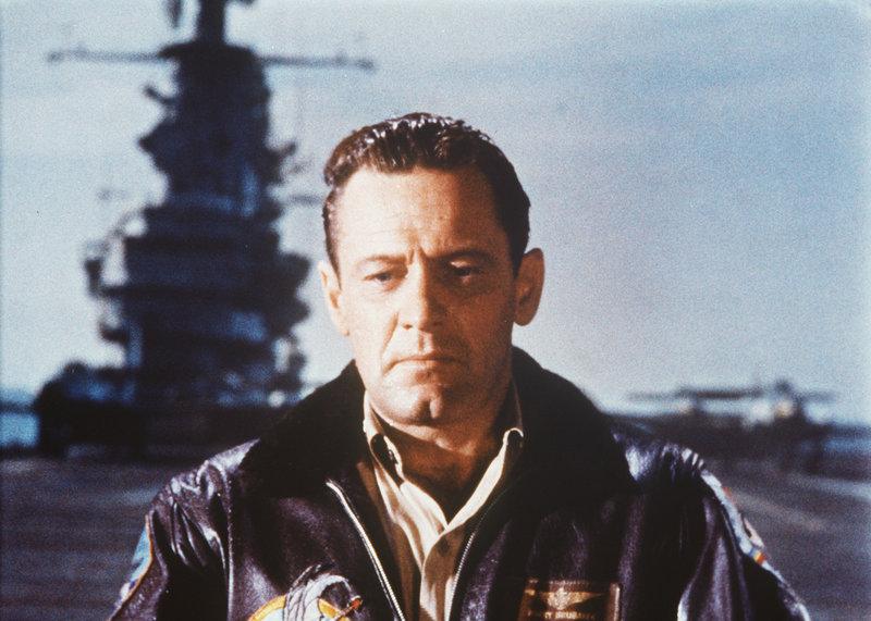 Rechtsanwalt Harry Brubaker (William Holden), der im 2. Weltkrieg Pilot war, wird während des Koreakrieges reaktiviert und zum 77. Fernostgeschwader auf einen Flugzeugträger im Pazifik abkommandiert. . Die Brücken von Toko-Ri – Bild: Family TV