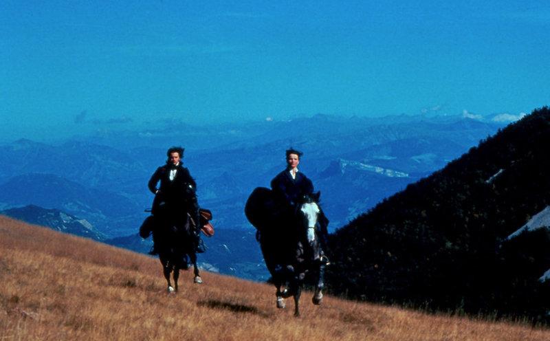 Der italienische Husarenoberst Angelo (Olivier Martinez) und die Marquise Pauline de Théus (Juliette Binoche) reiten durch die Provence. – Bild: ARTE F / © Hachette Première & Cie