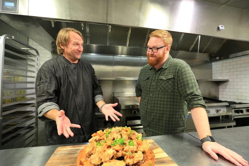 """Koch Adrian Yots (l.) hat serviert und Josh Denny (r.) ist bereit zu probieren: Heute ist der """"Alabama Slamma"""" dran ... – Bild: 2017,Television Food Network, G.P. All Rights Reserved Lizenzbild frei"""