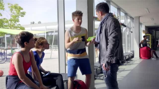 (v. l.) Lea Mirzanli als Azra, Luana Knöll als Toni und Moritz Bäckerling als Mo – Bild: Nickelodeon