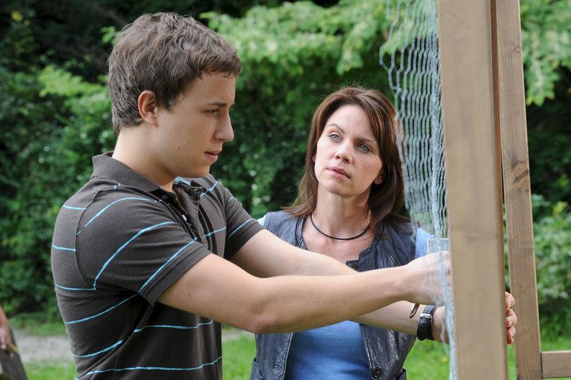 Marie (Gisa Zach) spürt, dass Daniel (Lion Sokar) etwas belastet, doch er spricht nicht mit ihr. – Bild: ZDF