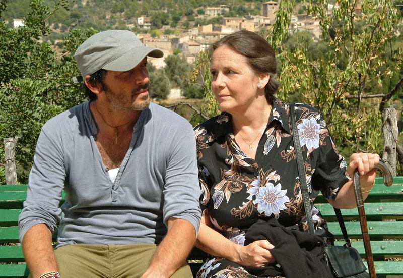 Schiffskoch Mati (Michael Roll) lebt mit seiner Mutter (Astrid Mayer-Gossler) auf Mallorca. – Bild: ARD Degeto/Frank W. Hempel