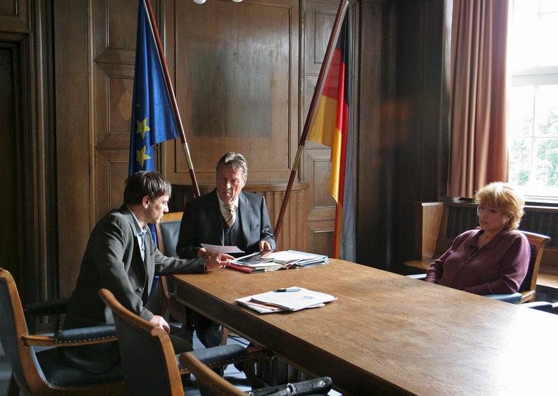 Aussprache zwischen Bella Block (Hannelore Hoger) und BKA-Mann Köbus (Peter Davor, l.) bei Staatsanwalt Dr. Mehlhorn (Hansjürgen Hürrig, m.). – Bild: ZDF