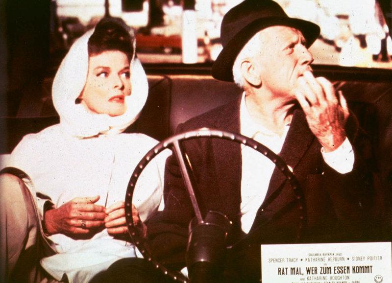 Christina (Katharine Hepburn) und ihr Gatte Matt (Spencer Tracy) stellen sich, obwohl liberal gestimmt, zunächst gegen die Heirat ihrer Tochter mit einem Schwarzen... – Bild: KAB; ProSieben Media AG