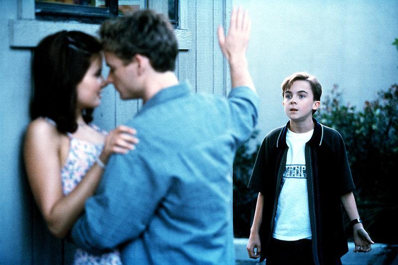 Malcolm (Frankie Muniz, re.) stört seinen Bruder Francis (Christopher Masterson) bei einem Date mit Jody (Katherine Ellis). – Bild: ORF eins