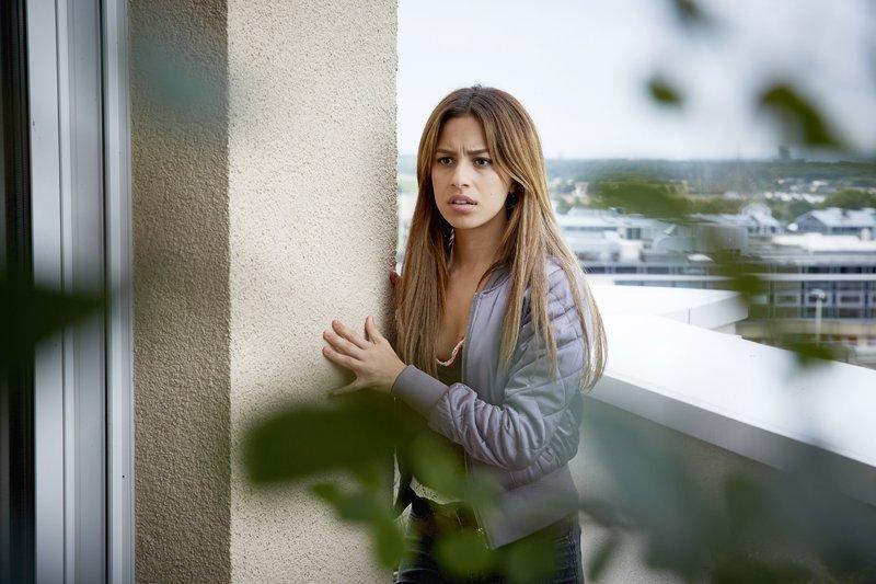 Semirs Tochter Dana (Gizem Emre) versucht das Rätsel um die blutende Frau auf eigene Faust aufzuklären und begibt sich damit in tödliche Gefahr... – Bild: RTL / Guido Engels