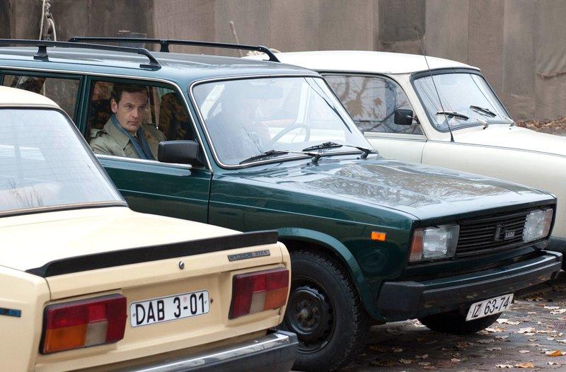Falk (Jörg Hartmann) beobachtet seine Exfrau Vera. – Bild: ARD-Programmdirektion