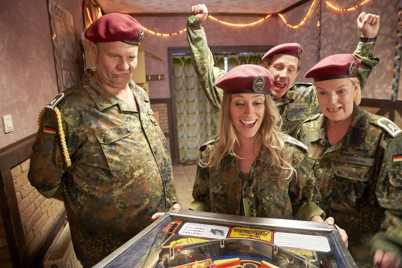 Toni (Sina Tkotsch, 2.v.l.), Daniel (Patrick Kalupa, 2.v.r.) und Eva (Mirja Boes) spielen Flipper gegen Kurt (Oliver Fleischer). – Bild: RTL