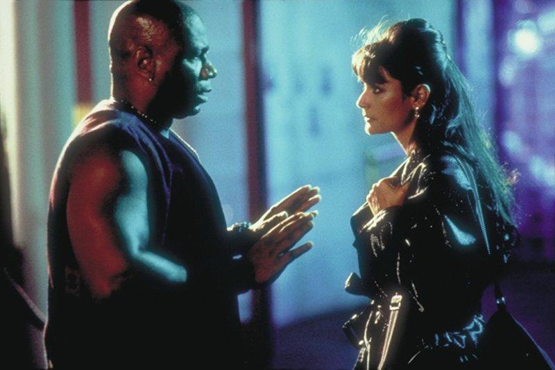 Der Türsteher des Nachtclubs sorgt sich um die schöne Erin (Demi Moore) ... – Bild: Paramount Pictures Lizenzbild frei