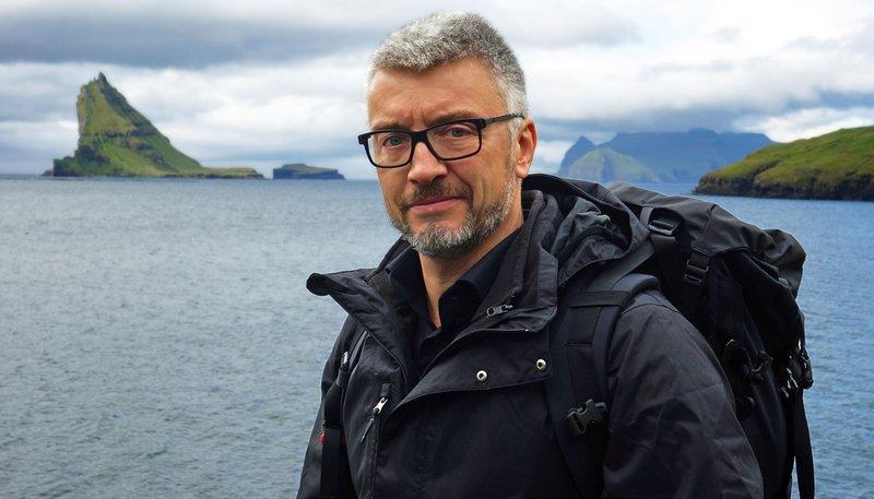 Für das Färöer-Abenteuer gewappnet: ARD-Skandinavien-Korrespondent Clas Oliver Richter vor der Reise quer über die Inseln. – Bild: PHOENIX/NDR/Jochen Hauke Wiemer