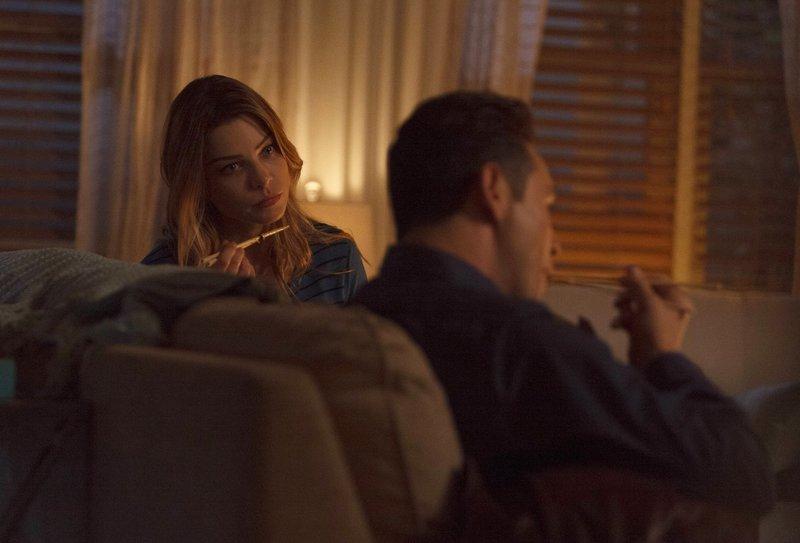 Während Chloe (Lauren German, l.) versucht, auszuloten, wie ihre Beziehung zu Dan (Kevin Alejandro, r.) weitergehen soll, hat dieser mit einem sehr wachsamen Malcolm Graham zu kämpfen ... – Bild: 2016 Warner Brothers