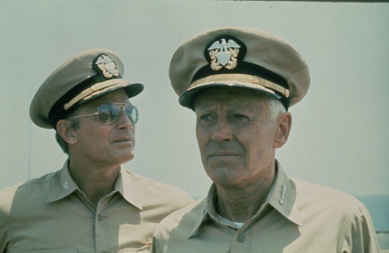 Admiral Nimitz (Henry Fonda, r.) macht sich Gedanken um den Ausgang der Schlacht. Doch Captain Garth (Charlton Heston, l.) hofft in erster Linie, dass sein Sohn, der Kampfflieger Tom, wohlbehalten zurückkommt. – Bild: Turner