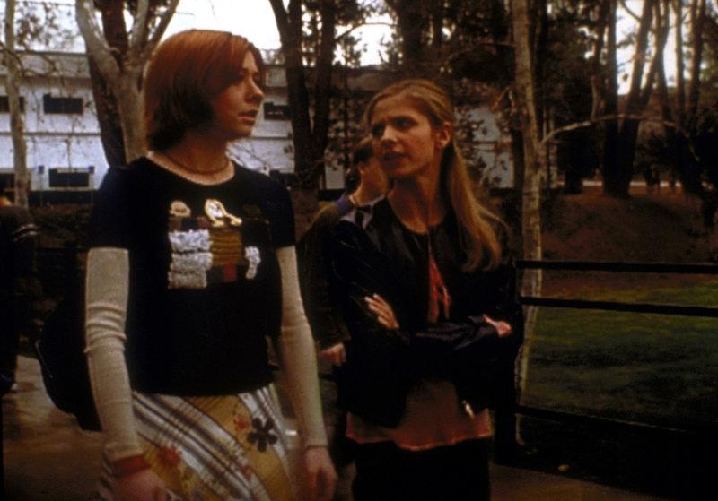 Buffy (Sarah Michelle Gellar, r.) berichtet Willow (Alyson Hannigan, l.) von ihren Problemen im Kampf gegen das Böse. – Bild: sixx