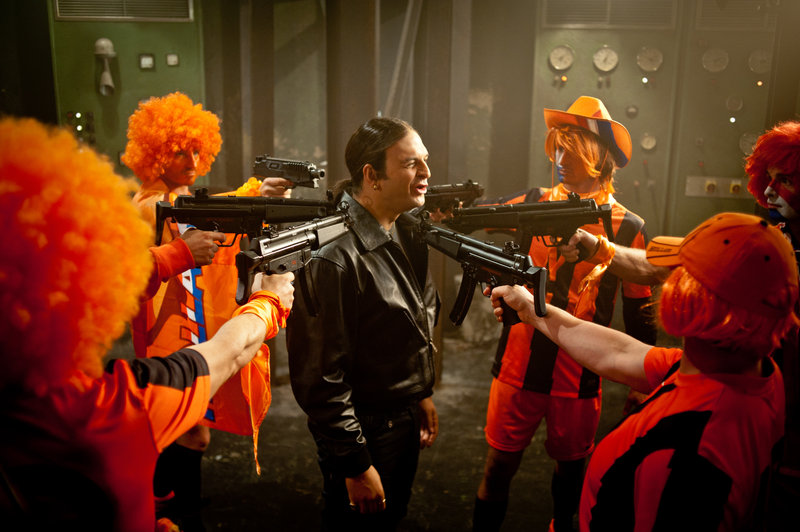 Süperagent Hakan (Kaya Yanar, Mitte) umstellt von van Dyks holländischer Helfer-Truppe – Bild: ZDF und Gordon A. Timpen