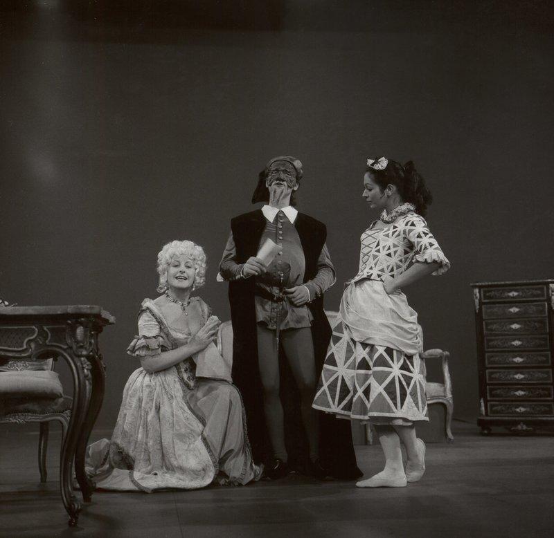 Ima Agustoni als die verliebte Mafalda, Stefano Manca als ihr Vater Pantalone und Sivia Luzzi als das Hausmädchen Colombina in einer Commedia dell'arte-Szene. – Bild: BR/Foto Sessner