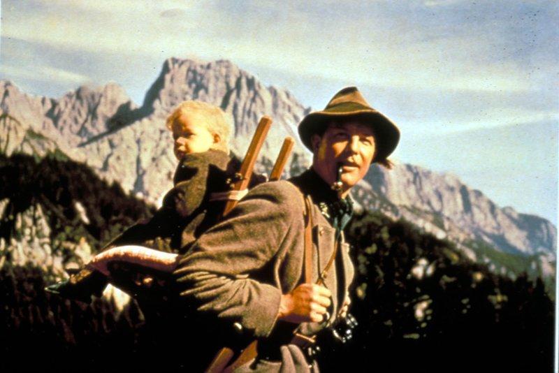 Christian Pachegg (Rudolf Lenz) ist als neuer Förster nach Eglau gekommen und ist begeistert von der herrlichen Bergwelt. – Bild: ARD Degeto