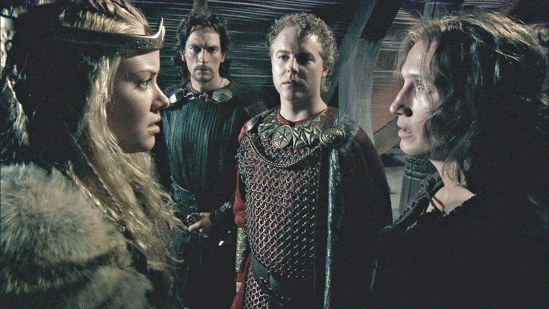 V.l.n.r.: Brunhild (Kristanna Løken), Hagen (Julian Sands), König Gunther (Samuel West), Siegfried (Benno Fürmann) – Bild: Tele 5