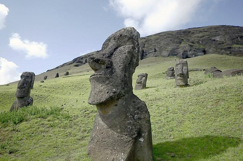 Die Osterinsel ist für ihre Moai bekannt - jene majestätischen Steinstatuen, die die Insel zu bewachen scheinen. – Bild: ARTE France