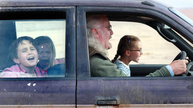 Gordie McLeod (Billy Connolly) hat Spaß mit seinen Enkelkindern Mickey (Bobby Smalldridge, li.), Jess (Harriet Turnbull) und Lottie (Emilia Jones, re.). – Bild: rbb/Degeto/Tobis Film