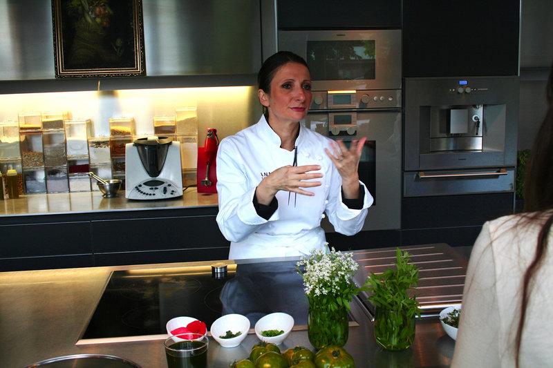 Die Drei-Sterne-Köchin Anne-Sophie Pic liebt es, mit Früchten, Gemüsesorten und Blumen zu experimentieren. – Bild: ART