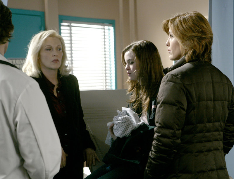 "LAW & ORDER: SPECIAL VICTIMS UNIT -- NBC Series -- ""Intoxicated"" -- Pictured: (l-r) Cathy Moriarty as Denise Eldridge, Danielle Panabaker as Carrie Eldridge, Mariska Hargitay as Det. Olivia Benson -- NBC Universal Photo: Virginia Sherwood – Bild: Universal Channel"