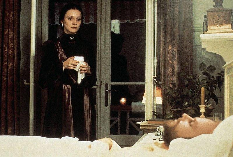 Marusja (Gudrun Gabriel) kann nicht fassen, dass Joachim Ziemssen (Alexander Radszun) tot ist. – Bild: StarTV