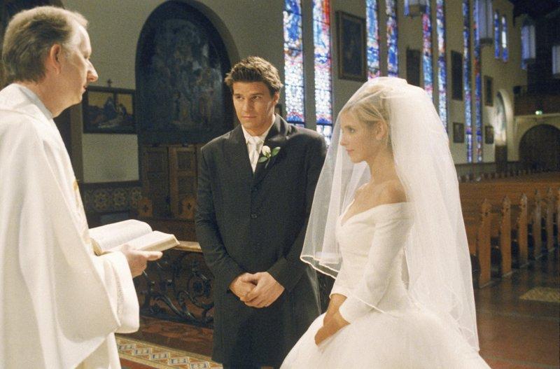 L-R: Angel (David Boreanaz), Buffy (Sarah Michelle Gellar) – Bild: Syfy