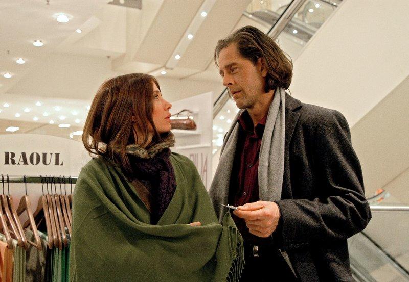 """Betti (Nadeshda Brennicke) sucht ein Weihnachtsgeschenk für Rolfs (Stephan Ullrich) Frau aus. – Bild: """"Bild: HR/Jacqueline Krause-Bur"""