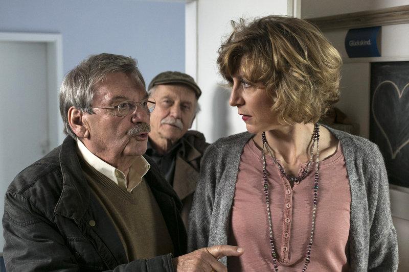 Günter (Wolfgang Winkler, l.) und Edwin (Tilo Prückner, M.) überrumpeln Marion Balkow (Mareile Blendl, r.). – Bild: ARD/Kai Schulz