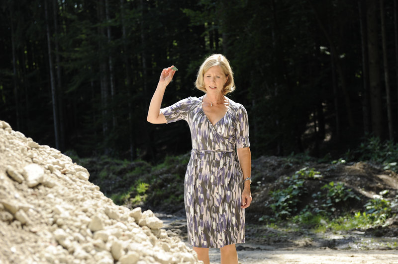 Maria Grandl (Petra Zieser) bleibt nichts anderes übrig, als den verunreinigten Bauschutt abtransportieren zu lassen. – Bild: ZDF