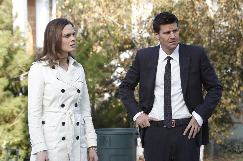 Nachdem die Leiche identifiziert wurde, machen sich Brennan (Emily Deschanel) und Booth (David Boreanaz) auf die Suche nach dem Mörder des Zahnarztes Daniel Pinyard. – Bild: Twentieth Century Fox