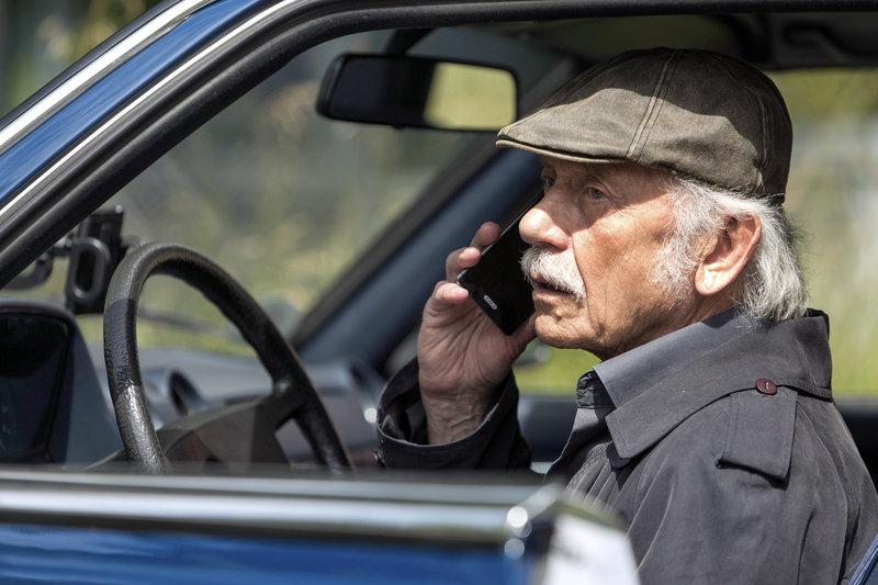 Edwin (Tilo Prückner) versucht Willi anzurufen. – Bild: ARD/Kai Schulz