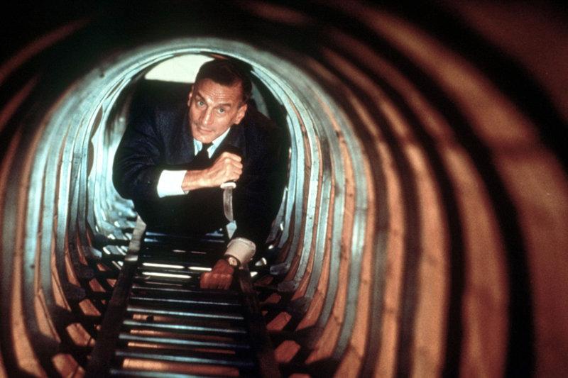 """Colonel Franz Ritter (George C. Scott, Bild) versucht die Bombe an Bord der """"Hindenburg"""" in letzter Sekunde zu entschärfen. – Bild: ZDF"""